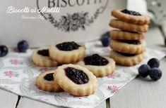 i Biscotti con Marmellata di mirtilli sono una merenda o una colazione buona e semplice da preparare. Facilissimi e veloci, questi biscotti sono buonissimi