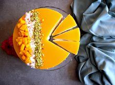 Diese Torte wird definitiv ein Sommerhit! Fruchtige Mango trifft auf cremige Kokosnuss, getoppt mit Kokoschips und Pistazien. Hier auf mürbem Mandelboden, klappt die Torte auch wunderbar in der No-Bake Variante! Mango, Fruit, Food, Pies, Pistachios, Coconut, Manga, Essen, Meals