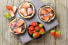 Schoko-Tartelettes mit Erdbeeren Muffins, No Bake Desserts, Baking, Breakfast, Cake, Sweet, Food, Strawberries, Breads