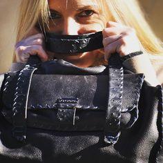 Bauletto Veronica 100% pelle di vitello nero; Busta esterna asportabile. #italianbagstore #italianbags #MADEINITALY #bags #handmade #leatherbag
