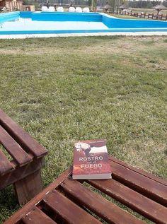 Ya está en mis manos!!! Uno de los cuatro que quedaban en Yenny de Bahía Blanca es mío! Lo comienzo a leer en la Pampa y lo terminaré en casita en Tierra del Fuego. Estoy feliz  😍 😍 — con Andrea Ferrario.
