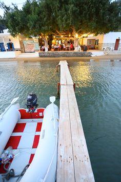 L'ile Sifnos est deux heures d'Athènes en avion. C'est une petite ville qui a beaucoup de caractère et une culture forte. L'ile est tout près les iles de Milos, Serifos et Kythnos. Il y a les beaux plages détente et beaucoup d'hôtels sur la plage. C'est une ile ideale pour les familles avec les enfants.
