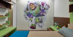 Este projeto da arquiteta Isabela Canaan foi inspirado no desenho Toy Story, onde o super-herói Buzz Lightyear foi usado na plotagem da porta do armário. Miniaturas de outros personagens foram utilizadas como adornos. No restante da decoração, a cor verde, que remete ao Buzz, completa a décor.