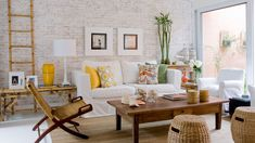 Aprenda a escolher a mesa de centro ideal para sua sala no Portal BBel. Faça um planejamento dos móveis e mantenha o espaço de circulação.