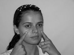 Face yoga: Firming the face with non-invasive facelift workouts to smooth away facial lines and folds. Practical facial aerobics exercises to defeat face wrinkles and yield your own organic facelift Facial Yoga, Facial Muscles, Face Lift Exercises, Toning Exercises, Yoga Workouts, Exercise Routines, Excercise, Stretches, Sagging Face