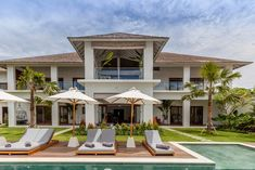 It's not easy to combine a house made for entertainment but also completely targeted for families with young children. But Villa JOJU has managed to do both. Pools For Small Yards, Small Backyard Pools, Pool Paving, Pool Landscaping, Small Fish Pond, Bali, Fireplace Garden, Swimming Pool Designs, Outdoor Areas