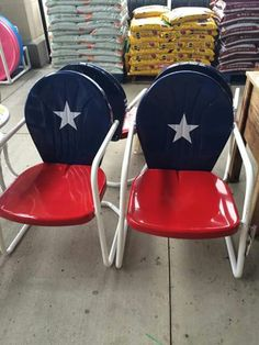 Rustic Porch Ideas All homes need furniture. The furniture you buy is practical and also demonstrates your personality. Painted Metal Chairs, Painted Furniture, Lawn Furniture, Recycling Furniture, Furniture Ideas, Outdoor Furniture, Texas Crafts, Texas Diy, Texas Flags