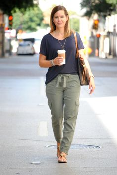Fall Transition Outfits: Olive Cargo Pants, Slouchy Tee and Sandals Summer Pants Outfits, Casual Summer Outfits, Outfit Summer, Outfit Winter, Olive Green Pants Outfit, Green Khaki Pants, Olive Green Cargo Pants, Jogger Pants Outfit, Fall Transition Outfits