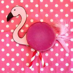 Deze Flamingo traktatie was een grote hit. Net zo gezond als een pakje Liga en makkelijk om te maken Kids Birthday Treats, Kids Party Treats, Kid Party Favors, Flamingo Birthday, Flamingo Party, School Treats, Tropical Party, Get The Party Started, Party Drinks