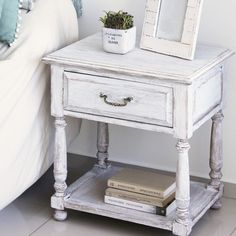 Mesa de luz de madera con cajón y doble altura, color blanco estilo vintage    55x45x60 cm.    Entrega inmediata