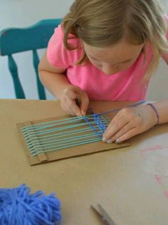Children make small weavings with homemade cardboard looms. Perfect for ages 5 and up! Children make small weavings with homemade cardboard looms. Perfect for ages 5 and up! Projects For Kids, Diy For Kids, Crafts For Kids, School Age Activities, Activities For Kids, Weaving For Kids, Weaving Projects, Crafty Kids, Loom Weaving