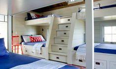 lits superposés blancs avec un escalier avec tiroirs dans la chambre spacieuse