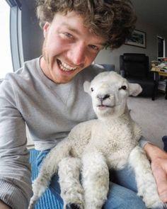 O emprego deste cara é tirar selfies com animais; veja as fotos