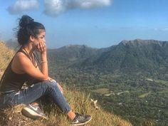 En la cima de una montaña.
