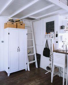 Um armário branco é utilizado para guardar roupa, na pequena casa de Kaoli, em Tóquio
