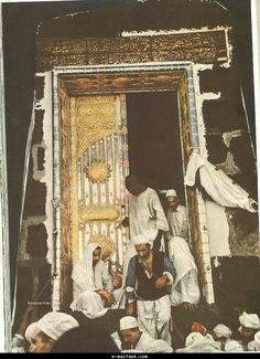 Photos and videos of Makkah & Medina. The beginnings of Mecca is attributed to Ishmael's descendants. The Old Testament chapter Psalm and a mention of a pilgrimage at the Valley of Baca, Sacred Architecture, Masjid Al Haram, Rare Historical Photos, Mekkah, Les Religions, Beautiful Mosques, Madina, Islam Facts, Islamic Pictures