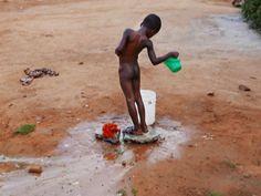 Vivian Rose er billedkunstner og fotograf.  I 2017 tager hun til Ghana som del af et frivilligt projekt drevet af en anden dansker i Ghana.  Vivian rejser til Ghana for at være frivillig i et kunstpr