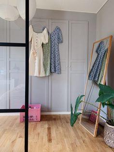 IKEA HACK: DIY guide til indbyggede garderobeskabe med PAX og Billy 2 Ikea Pax Wardrobe, Wardrobe Rack, Bedroom Inspo, Home Bedroom, Bedroom Ideas, Hacks Diy, Ikea Hacks, Billy Ikea, Closet Dividers