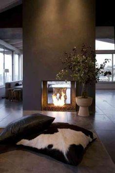 une cheminée design au milieu de la pièce