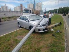 Après une accident, une voiture fume une clope et se prend un photo avec un selfie stick