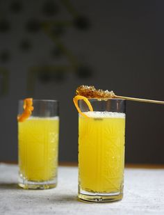 White mulled wine with christmas spices and fresh orange juice. The perfect winter drink! (in German) Smoothie Recipes, Smoothies, Cocktail Recipes, Cocktails, Winter Drinks, Mulled Wine, Xmas Party, Alcohol Free, Orange Juice