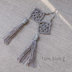 Boucles d'oreilles de soirée au crochet dans un fil soyeux gris perle.