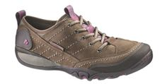 This casual lace-up shoe is perfect for all your outdoor activities. Your feet will stay dry with an anti-odorized breathable mesh lining while the midsole's durable molded footframe is specially designed to cushion a women's stride.