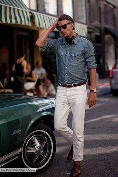ホワイトジーンズにシャンブレーシャツを合わせた着こなし