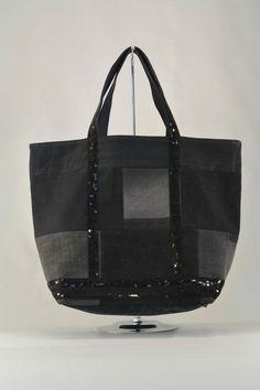 Cabas patchwork en jean recyclé noir : Sacs à main par mia-baran