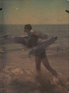 Ernest-Louis Lessieux.1 Tatiana sur une plage d'Oléron (titre factice) après 1907. Autochrome. © Alienor.org
