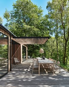 There's a lot of space on this terrace, so there is room for many guests. Green Plants, Terrace, Pergola, Cozy, Outdoor Structures, Outdoor Decor, Modern, Furniture, Balcony