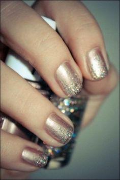 Unghie rosa perla con glitter oro