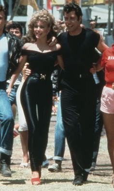 Left to right: actors Jeff Conaway, Olivia Newton-John, John Travolta and Stockard Channing from the film, Grease. Danny And Sandy Grease, Grease 1978, Grease Movie, Sandy Grease Costume, Grease Halloween Costumes, Sandy Costume, Couple Halloween, Sandy Grease Outfit, 1970s
