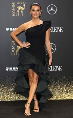 Penelope Cruz in a one-shoulder black gown with sculptural tiered skirt at the Bambi Awards in Berlin. Penelope Cruz, Olivia Culpo, Kelly Clarkson, Vanessa Hudgens, Kaftan, Stuart Weitzman, Bambi Awards, Night Looks, Celebrity Look