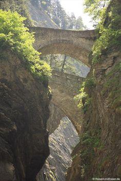 """""""Mystik, Schrecken und Staunen in der Viamala"""" #Schweiz via @reisenundessen"""