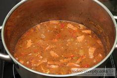 Recept Smetanový chalupářský guláš - guláš - příprava  olej slunečnicový3 lžíce cibule2 kusy vepřová pleca podobně...600 g kečup2 vrchovaté lžíce paprika sladká mletá2 vrchovaté lžičky pšeničná mouka hladká3 lžíce sůl1/2 lžičky pepř mletý1/4 lžičky vuřty2 kusy majoránka1 vrchovatá lžička česnek3 stroužky beraní rohy - sterilované2 kusypapriky1/2 plodusmetana 12% tukunebo šlehačka