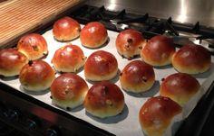 Voortaan hoef je niet meer naar de bakker voor krentenbollen De (klein)kinderen vinden het lekker, want het heeft geen korstjes en ook volwassenen genieten Griddle Pan, Scones, Crackers, Bread Recipes, Biscuits, Muffins, Brunch, Favorite Recipes, Baking