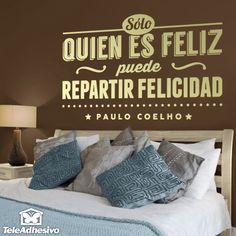 """Vinilo decorativo tipográfico sobre una frase motivadora de Paulo Coelho: """"Sólo quien es feliz puede repartir felicidad""""."""