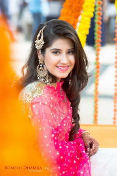 Looking for Bride wearing jhoomer? Browse of latest bridal photos, lehenga & jewelry designs, decor ideas, etc. Open Hairstyles, Girl Hairstyles, Tikka Hairstyle, Lehenga Jewellery, Bridal Jewellery, Wedding Jewelry, Indian Wedding Hairstyles, Bridal Hairstyles, Indian Bridal Fashion