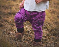 Pantalon évolutif rose fleurs noires, unisexe , pantalon harem ajusté, nine9clothing. Nine Clothing, Etsy, Pants, Clothes, Fashion, Black Flowers, Unisex, Trouser Pants, Outfits