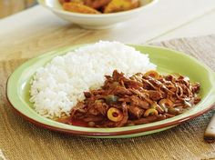 Yummy Ropa Vieja (cuban meat stew) I LOVE cuban food. I make this dish a lot. I basically throw all of the ingredients in the crock pot (minus the capers, we don't eat those), and cook on low all day and serve over rice. recipes-i-cook Mexican Food Recipes, Beef Recipes, Cooking Recipes, Recipies, Goya Recipe, Cuban Dishes, Cuban Cuisine, Shredded Beef, Salads