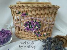 Плетение из газет Laundry Basket, Wicker Baskets, Paper Goods, Newspaper, Weaving, Wicker, Braid, Closure Weave, Journaling File System