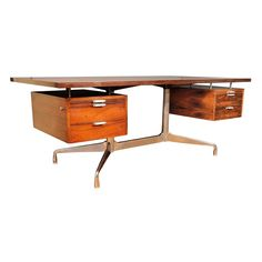 This desk by Charles and Ray Eames is a classic mid-century Design. It's pedestal legs and floating desktop and drawers create interest. Retro Furniture, Mid Century Modern Furniture, Cool Furniture, Furniture Design, Modern Office Desk, Mid Century Desk, Charles Eames, Modern Interior Design, Modern Interiors