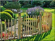 35 Admirable Bamboo Garden Fence Design Ideas - A bamboo garden fence is a fantastic addition to any garden area. It can be used in creating a boundary between your garden and the rest of your yard . Small Fence, Front Yard Fence, Farm Fence, Horse Fence, Rustic Fence, Brick Fence, Concrete Fence, Pallet Fence, Cedar Fence