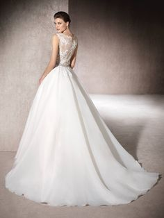 MARITAL is a beautiful princess wedding dress in garza, Chantilly, thread embroidery and discreet gemstone embroidery that merges with the skin