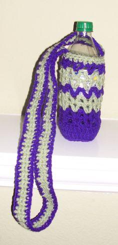 Crochet Water Bottle Holder- love this! Bottles And Jars, Water Bottles, Glass Bottles, Water Bottle Holders, Cup Holders, Yarn Inspiration, Bottle Cover, Cozies, Market Bag