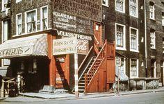 1943 Hier woonden tot 1943 vooral Asjkenazische Joden. Het stuk tussen Amstel en Weesperstraat was het armste deel van de straat.