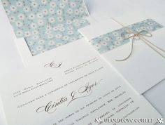 Convite de casamento clássico com um toque especial e muito romântico com o envelope personalizado com forro e cinta em estampa floral.
