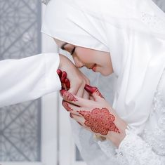 Image may contain: one or more people, wedding and closeup Muslim Couple Photography, Outdoor Wedding Photography, Bridal Photography, Photography Ideas, Cute Muslim Couples, Muslim Girls, Wedding Couples, Wedding Bride, Wedding Advice