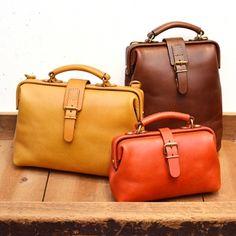 重厚感ある口枠タイプのドクターズバッグを、毎日の生活の中に溶け込むようなダレスバッグに仕上げました。適度な革質とサイズで普段使いしやすいラインナップです。